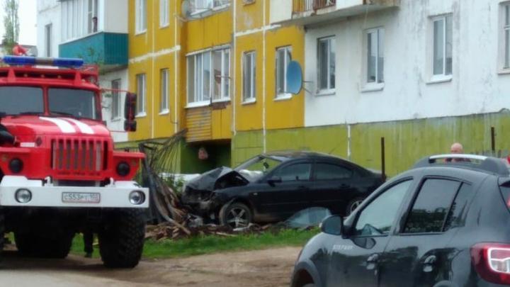 В Башкирии иномарка протаранила забор: водитель отделался ушибами