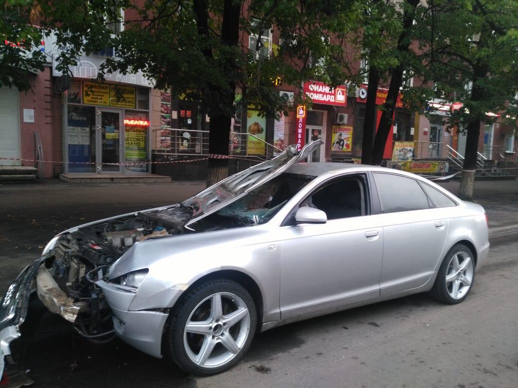 Машину лихача разбило от удара, тело пострадавшего залетело в салон