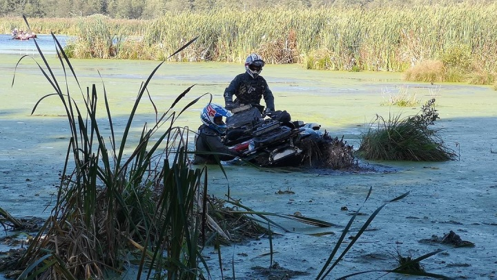 Ехали в болоте по шею в грязи: подборка видео от победителя «Дакара», от которых вам захочется в душ