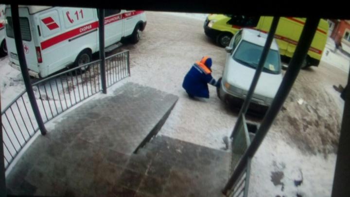 Житель Кунгура обвиняет фельдшера скорой в том, что он спустил колесо его машины