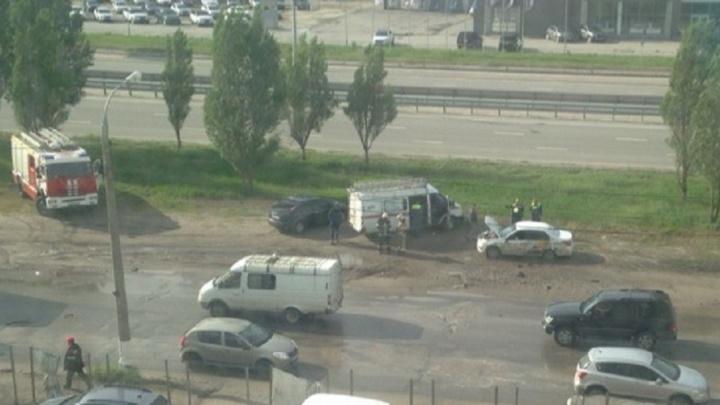 «Парень лежал на земле»: в Волгограде двое человек пострадали в столкновении маршрутки и такси