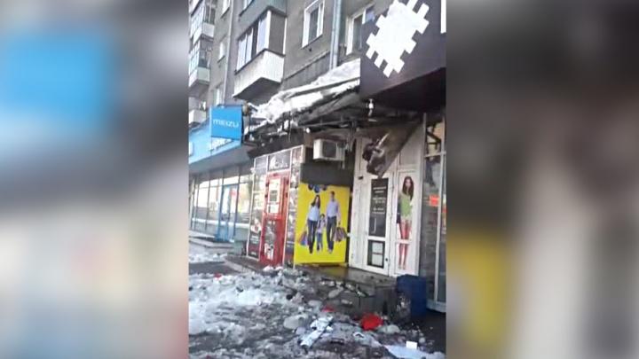«Хорошо, людей не поубивало»: с крыши дома на площади Калинина упала огромная глыба льда