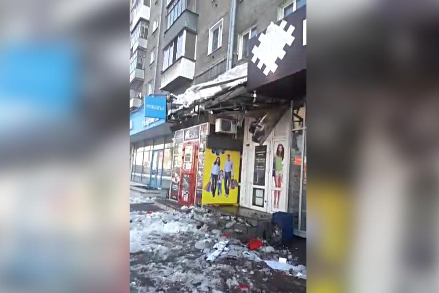 Упавшая с крыши глыба льда разбила вывеску киоска