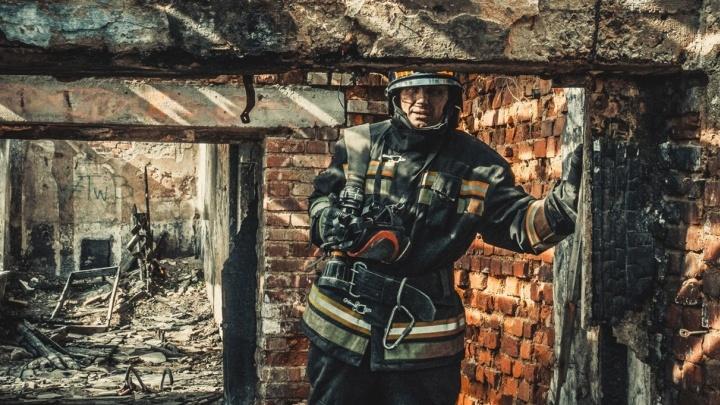 """""""Непросты будни этих обычных героев"""": пожарные устроили фотосессию в заброшенной больнице в Зелёной Роще"""