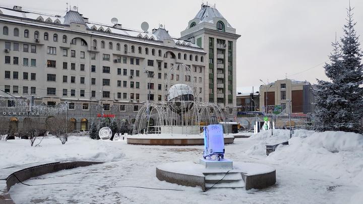 В центре Новосибирска поставили ледяной чемодан