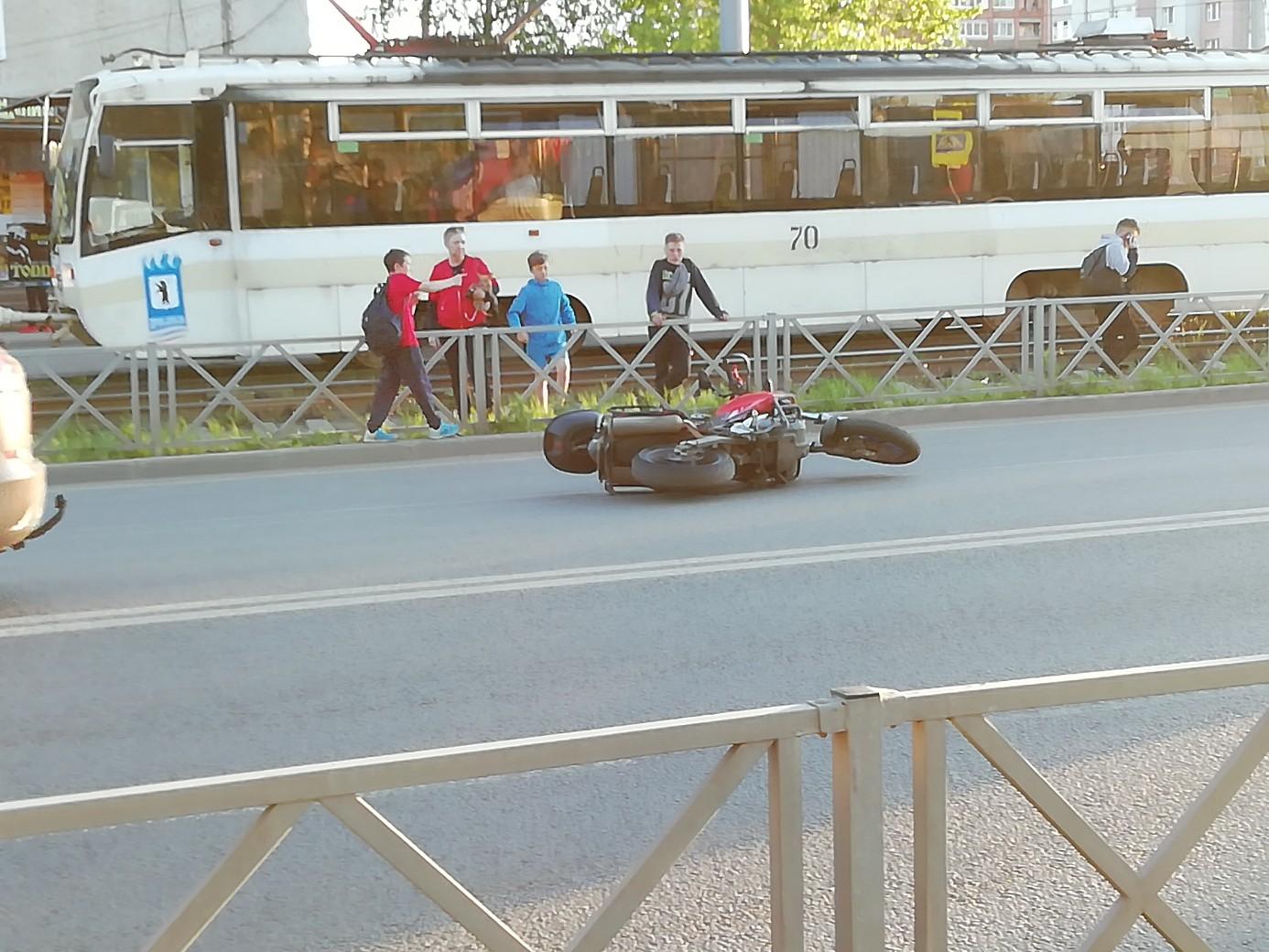 Девушка лежала без сознания в паре метрах от мотоцикла