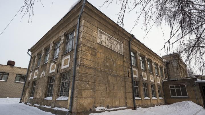 «Морально и физически устарела»: власти назвали дату сноса школы с барельефами