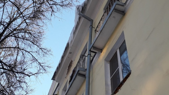 В Ярославле на 8-летнюю девочку рухнула глыба льда с крыши: ребёнок в реанимации