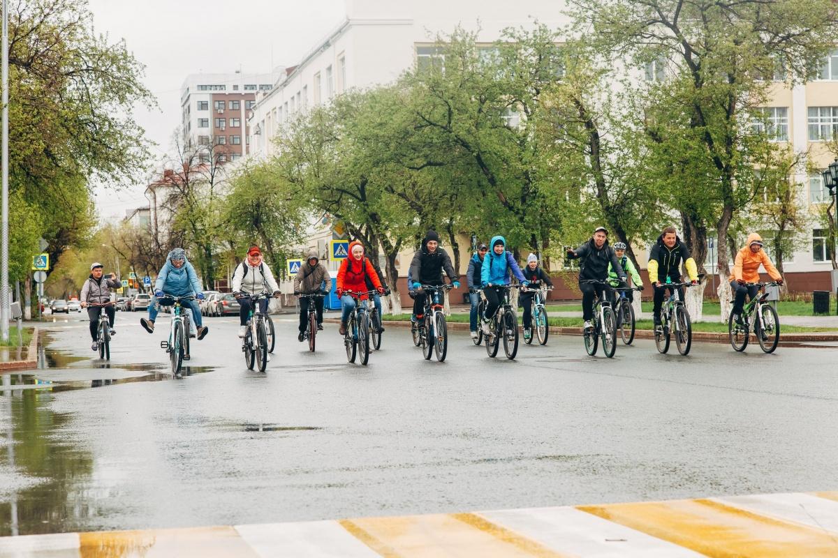 Участники велогонки отлынивать от соревнований не хотят: собираются утеплиться получше— и вперед