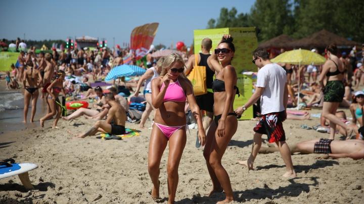 Пляж, жаркие танцы и громкие песни: новосибирцы отдохнули на фестивале «Электронный берег»