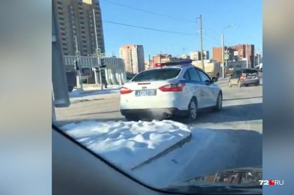 И девушку-водителя выручили, и не допустили возникновения пробки на оживлённом перекрёстке