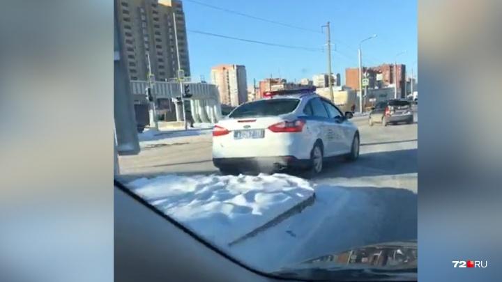 «Респект им за это»: на Монтажников полицейские выручили девушку, дотолкав её машину до заправки