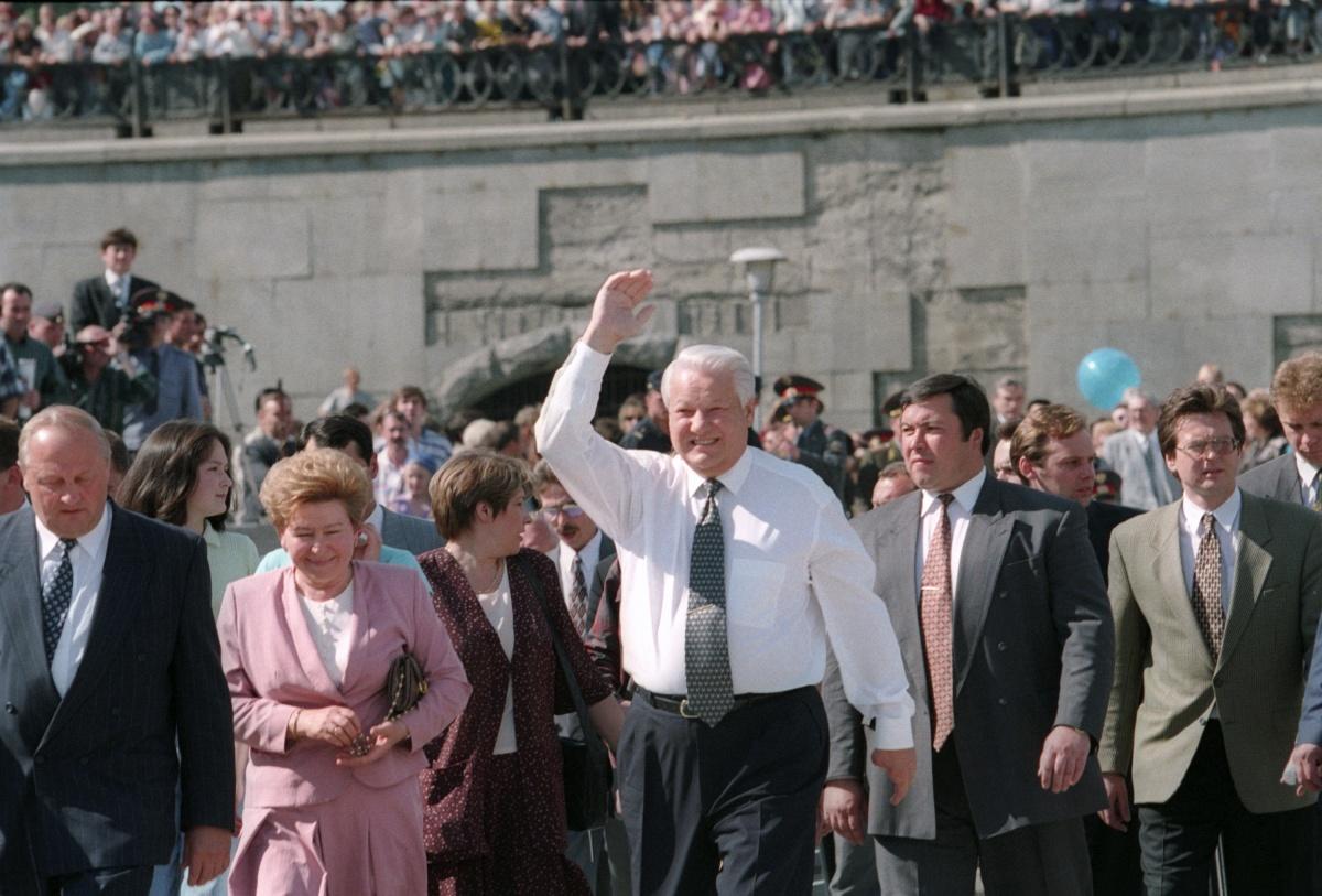 Президент Борис Ельцин приветствует земляков