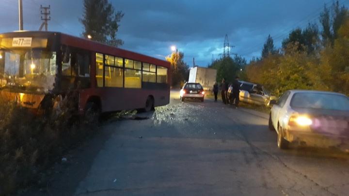 В районе Пограничников «Хонда» протаранила автобус № 77 с пассажирами