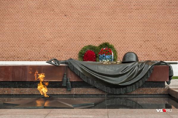 Останки урюпинца лежат в братском захоронении, из которого эксгумировали останки неизвестного воина и захоронили в Александровском саду