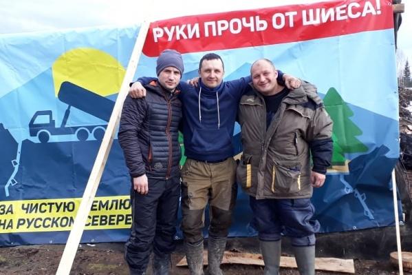 Антон Стрельников на фото в середине