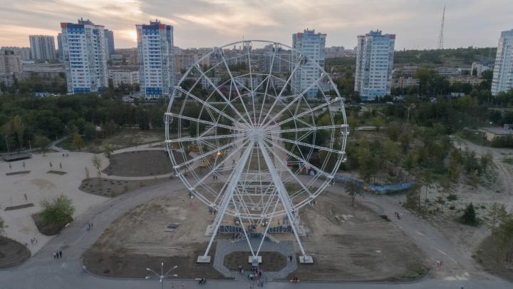 И всё-таки оно вертится: в Волгограде спустя десять месяцев открыли гигантское чёртово колесо