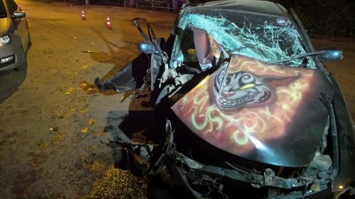 «Пролетели два светофора на красный»: на Уралмаше легковушка на скорости протаранила дерево