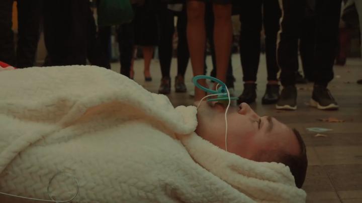 Экс-мэр Архангельска перевоплотился в младенца-подкидыша в Барселоне