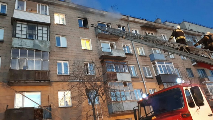 Сидели на карнизе в горящей квартире: пожарные сняли с пятого этажа женщину с ребёнком