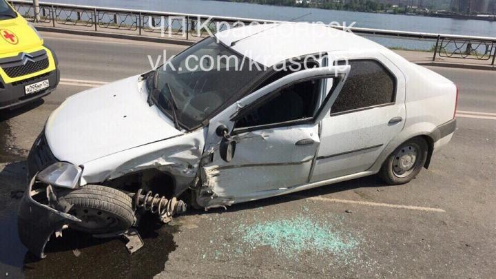 В ДТП с разворачивающемся к 4-му мосту «Рено» чудом не пострадала только 5-летняя внучка водителя