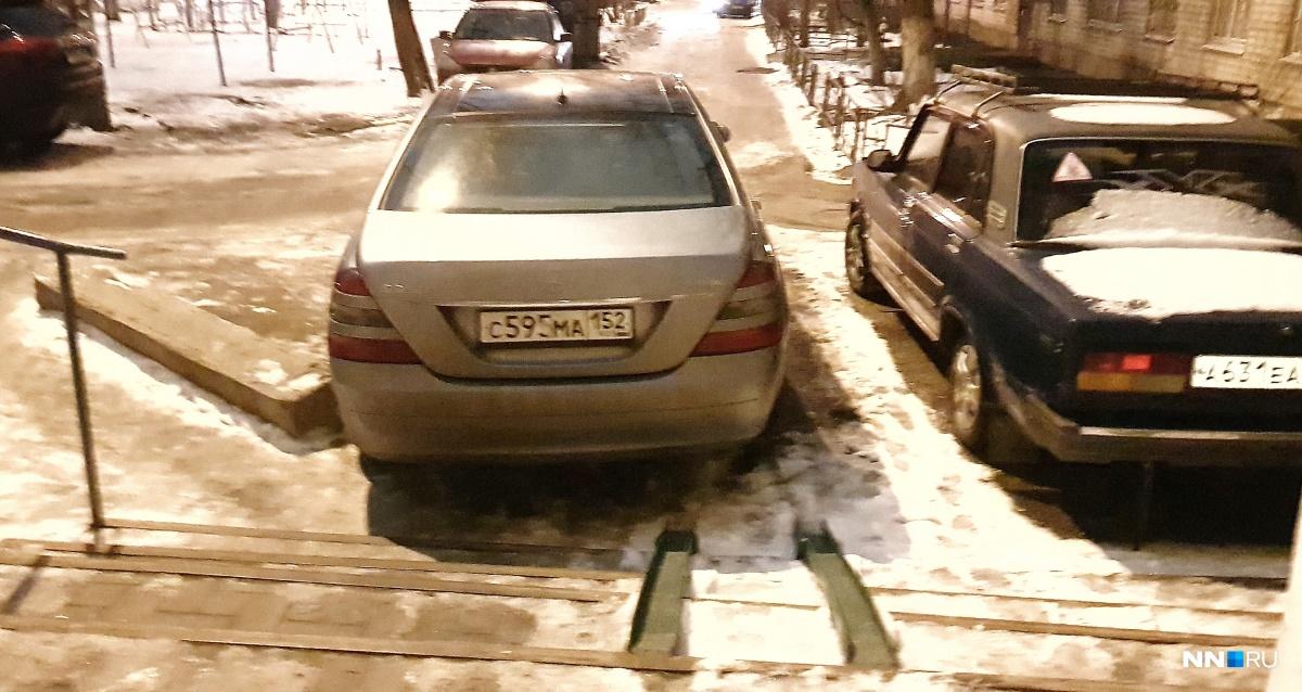 Разумного объяснения такому способу парковки нет