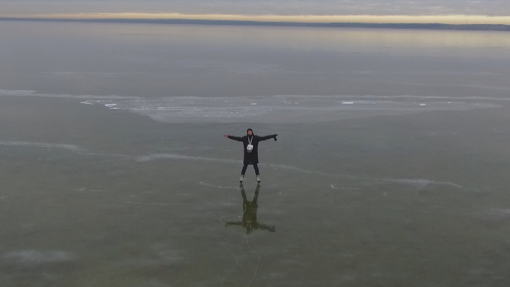 Переславец снял заледеневшее и абсолютно прозрачное озеро. Видно всё!