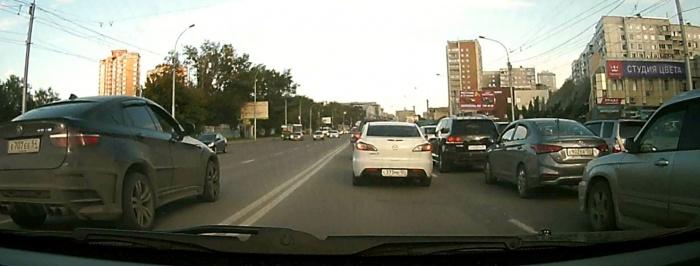 ВодительBMW X6 выехал на встречную полосу, не доезжая до перекрёстка улицы Кошурникова с улицей Федосеева