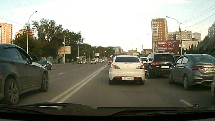 Через двойную сплошную: BMW объехал пробку на Кошурникова по «встречке»