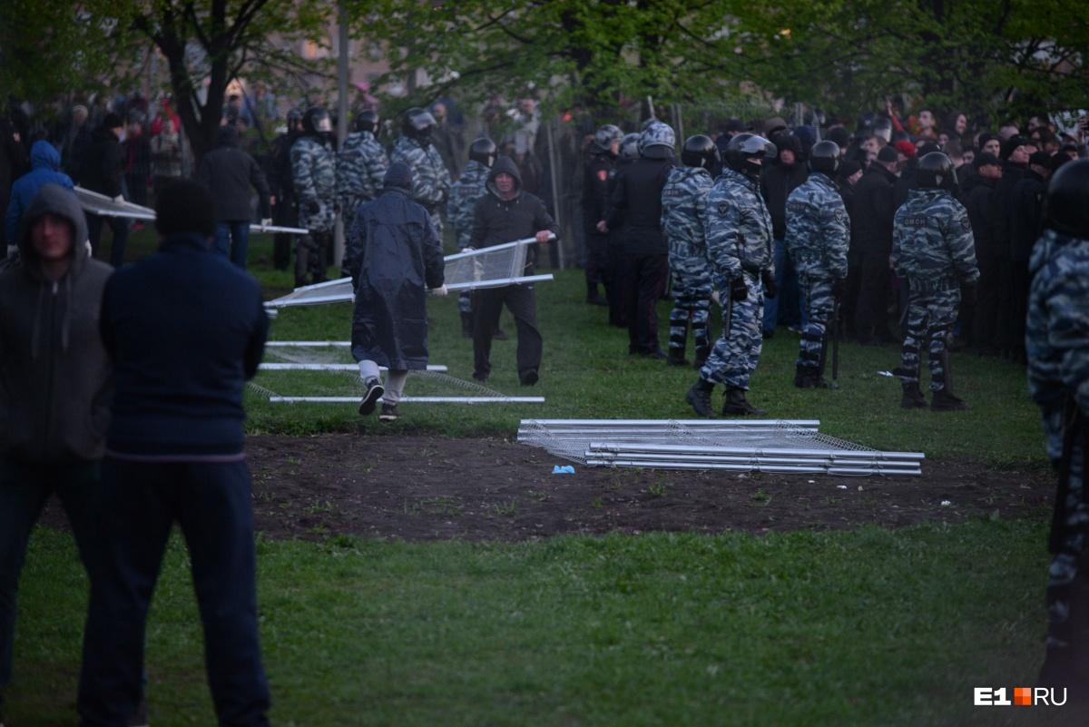 Люди топили забор, а ОМОН выдавливал протестующих: как прошла вторая акция против застройки сквера