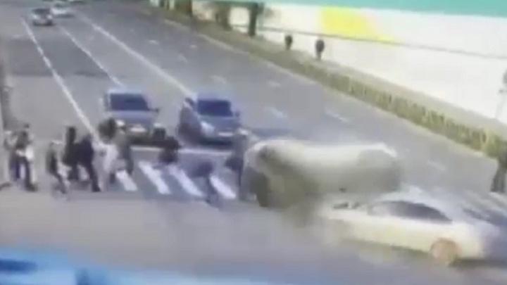 Перегонщик машин из Волгограда протаранил на иномарке толпу пешеходов в Санкт-Петербурге: видео