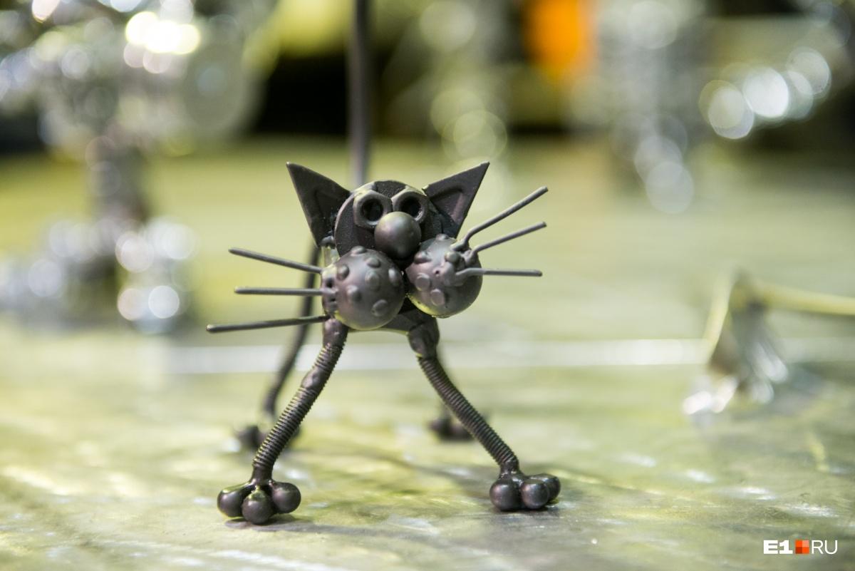 Такого котёнка подарили E1 — теперь у редакционной кошки Сямы есть металлический друг