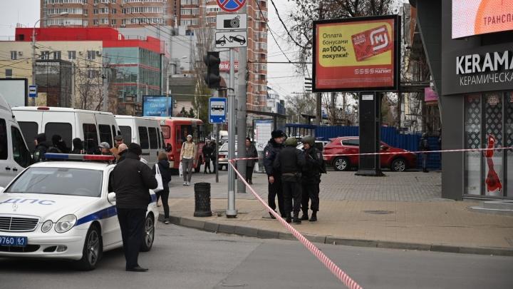 В Ростове оцепили дом, где мужчина захватил в заложники жену
