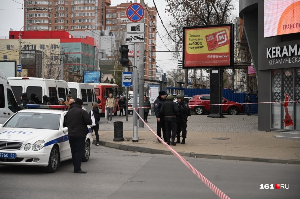 Машины полиции стоят на дороге больше часа