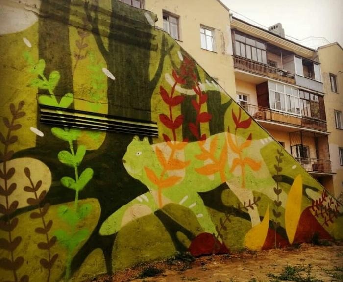 Стены овощехранилища украсили лес и животное
