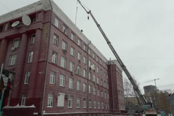 Ремонт фасадов первого корпуса и общежитий в НГТУ приурочили к Молодёжному чемпионату мира по хоккею