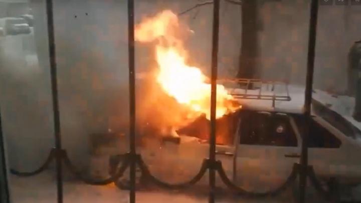 Тюменцы пытались потушить снегом горящую машину на Депутатской
