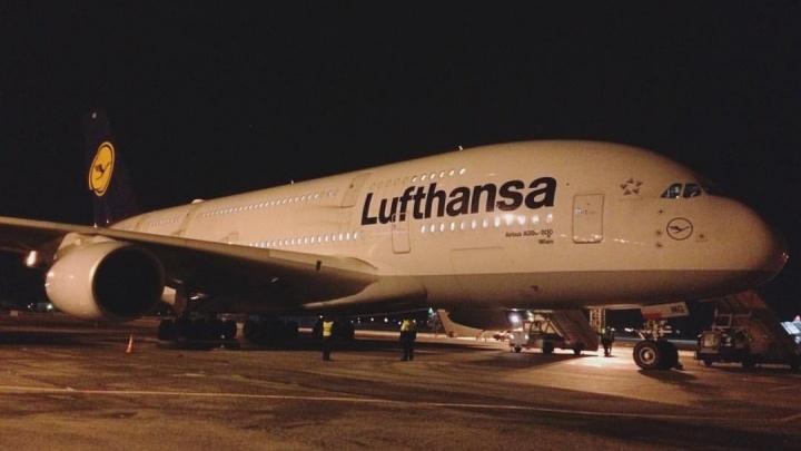 Самый большой в мире самолёт экстренно сел в Толмачёво из-за болезни пассажира