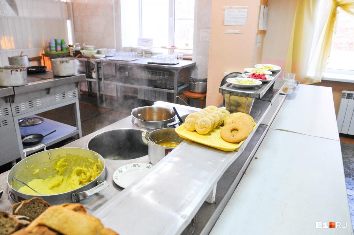 Это пищеблок одной из екатеринбургских школ. В других странах всё совсем иначе