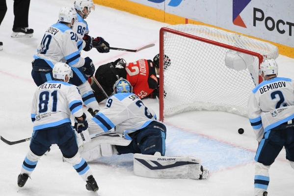 Пока хоккеисты «Сибири» изучали лежащего Сергея Широкова, шайба закатилась в ворота