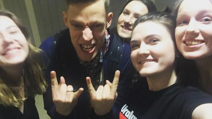 Юрий Дудь устроил спонтанную фотосессию в бизнес-центре Екатеринбурга