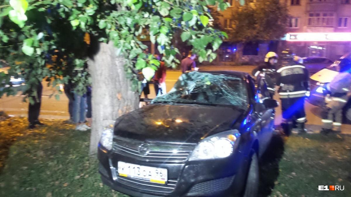 Очевидцы говорят, что Opel выехал на встречную полосу, чтобы обогнать Ford