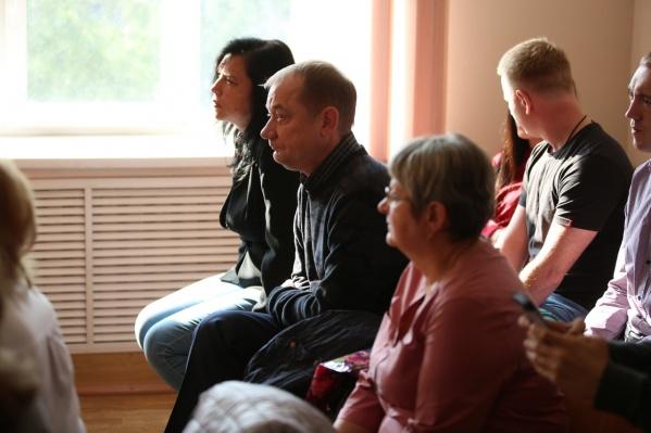 Безработная Наталья Малиновская (на фото у окна) оказалась в суде за злоупотребление должностными полномочиями