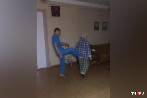Санитары пинали больного и сами снимали издевательства на видео