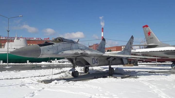 К 9 Мая в музей военной техники УГМК привезли два реактивных самолёта МиГ