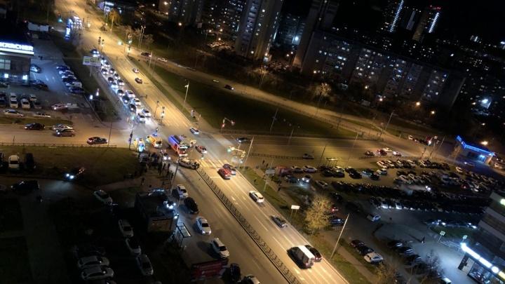 «Машины бьются и отлетают на тротуар»:читатель E1.RU — о проблемном перекрестке на Московской
