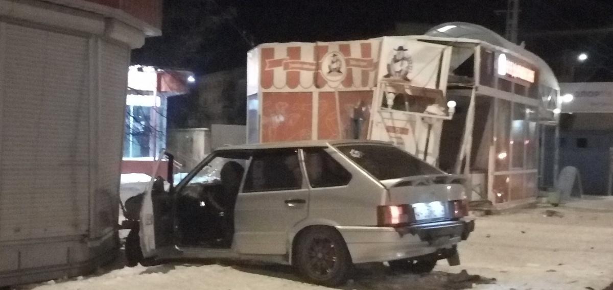 Машина влетела в павильон на остановке «Улица Лихачёва»