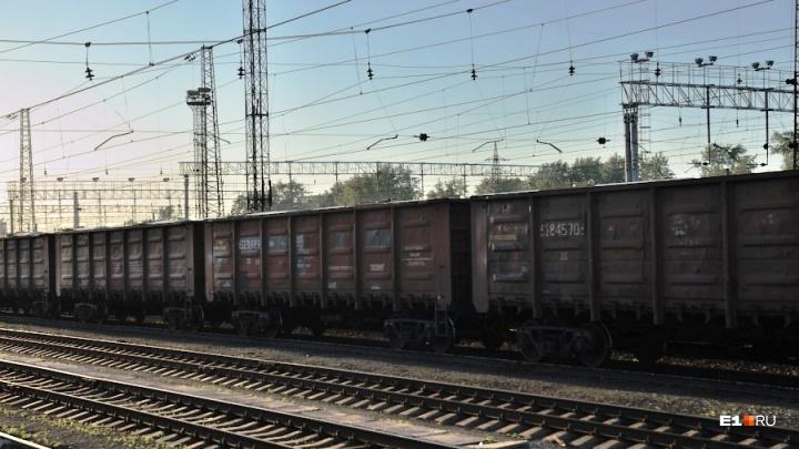 Школьник из Екатеринбурга поссорился с бабушкой и без шапки уехал на товарном поезде во Владивосток