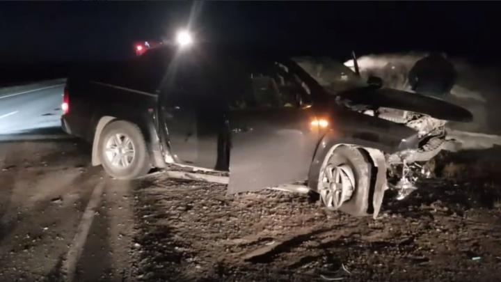 Два человека погибли в ДТП на тюменской трассе. После лобового столкновения одна из машин загорелась