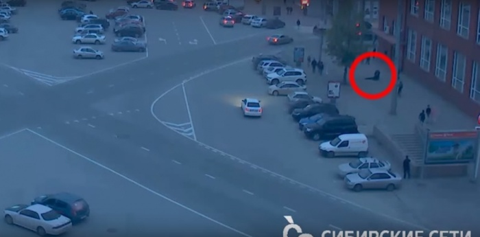 Конфликт на пл. Ленина сняла веб-камера «Сибирских сетей» на здании Облпотребсоюза (Красный проспект, 29)